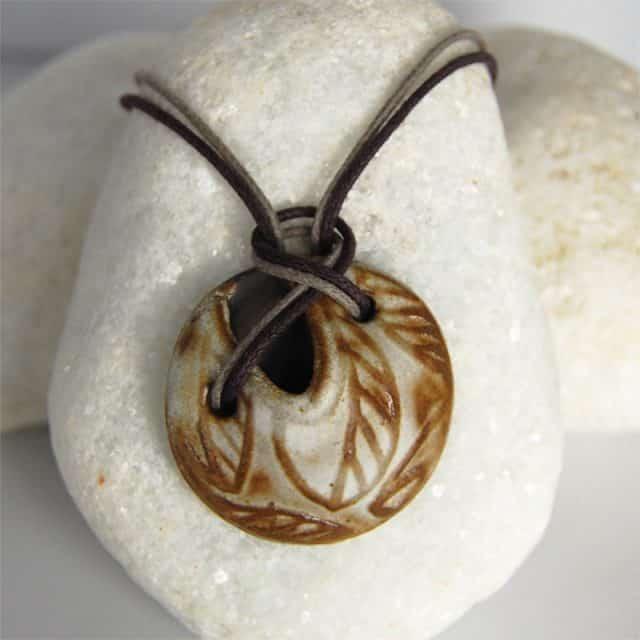 Colar aromático em cerâmica modelo folha redondo