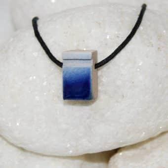 Colar aromático individual modelo poliedro cor deep blue