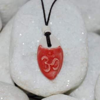 Colar aromático individual modelo simbolo om cor vermelha