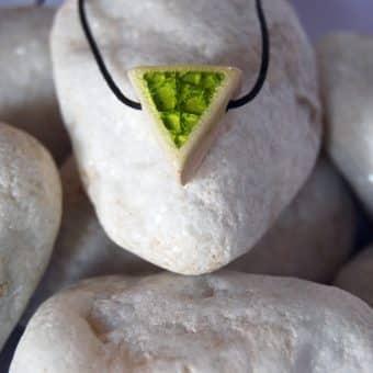 Colar aromático vitrificado modelo triangulo para baixo cor verde limao
