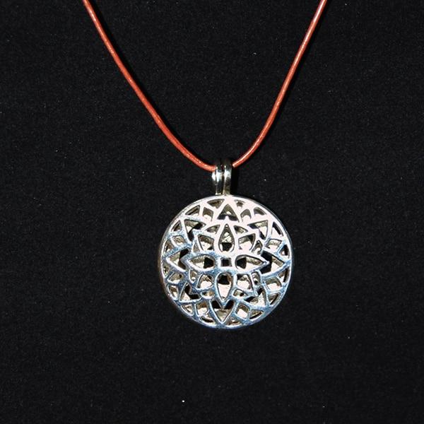 Pingente aromatico em prata modelo lótus - cordão marrom