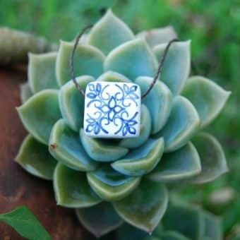 Colar aromático em cerâmica modelo azulejo