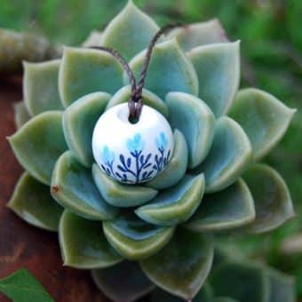 Colar aromático em cerâmica modelo flores azuis