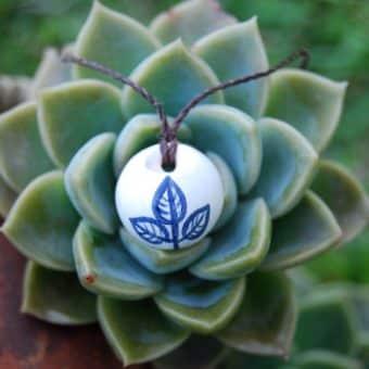 Colar aromático em cerâmica modelo folhas azuis